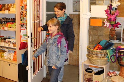 Kunden betreten den Laden